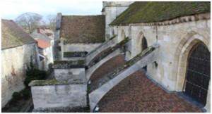 Nombreuses mousses et tuiles déchaussées sur le versant Sud de la nef