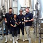 Eugénie Mai-Thé, brasseuse en chef chez FrogBeer, entourée de Thomas, Lionel et James posent avec les bières lauréates